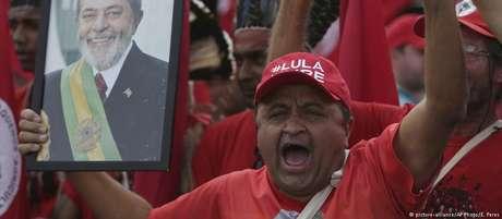 """Justiça vem impedindo que Lula, preso desde abril, participe de debates e fale com a imprensa. Procuradores acusam petista de transformar cela em """"comitê de campanha""""."""