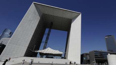 O Grande Arco de La Défense, em Paris, criado pelo arquiteto Johan Otto von Spreckleson, representa a ideia da quarta dimensão