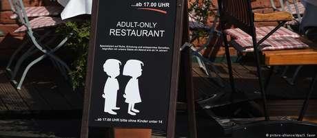 """Placa diante do estabelecimento alerta em inglês: """"restaurante só para adultos"""""""