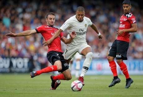 Mbappé tenta passar pela marcação durante jogo entre PSG e Guingamp neste sábado (18)