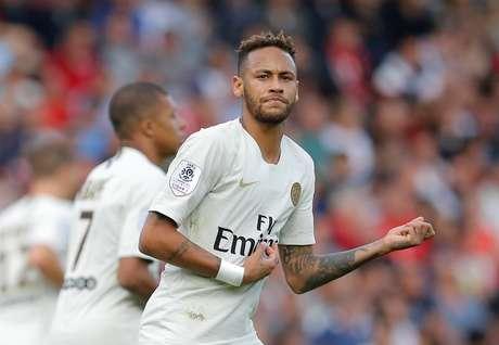 Neymar comemora seu gol de pênalti no jogo entre PSG e Guingamp