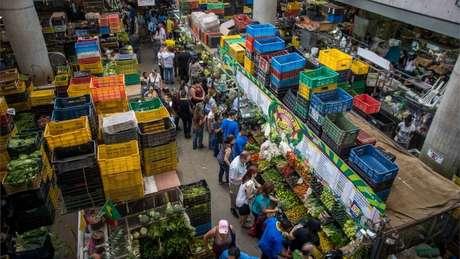 Analistas avaliam que aumento do salário mínimo tende a fazer subir o preço dos produtos e, assim, alimentar a inflação