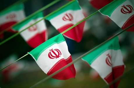 Bandeiras do Irã em praça de Teerã 10/02/2012 REUTERS/Morteza Nikoubazl