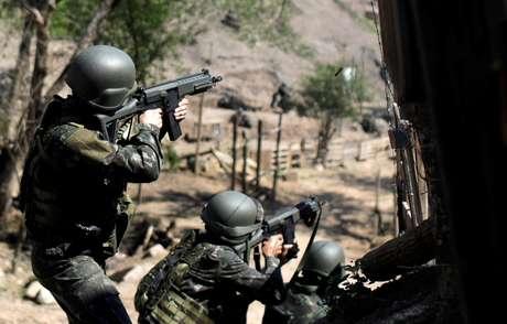 Soldados do Exército durante operação no Complexo do Alemão, no Rio de Janeiro 20/08/2018 REUTERS/Ricardo Moraes