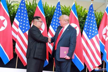 Presidente dos EUA, Donald Trump, cumprimenta líder norte-coreano, Kim Jong Un, durante cúpula em Cingapura