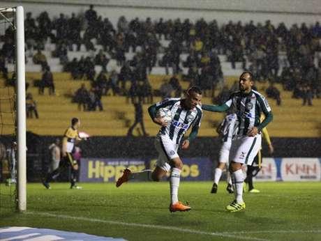 Guilherme comemora gol no empate entre Criciúma e Coritiba