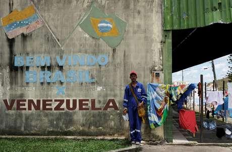 Venezuelano que trabalhou em uma empresa de petróleo posa depois de mostrar seus documentos no controle da fronteira Brasil/Venezuela em Pacaraima 9/08/ 2018. REUTERS/Nacho Doce