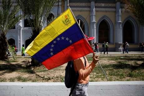 Venezuelano segura bandeira da Venezuela durante protesto em Caracas 06/08/2018 REUTERS/Adriana Loureiro