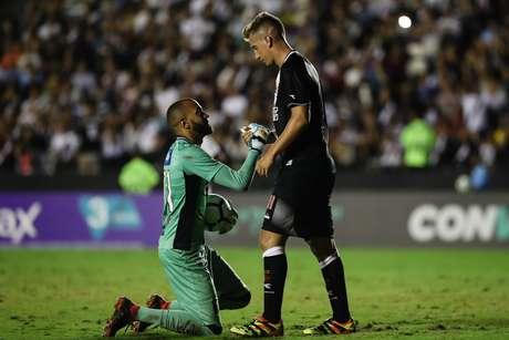 Everson, goleiro do Ceará, e Maxi Lopez, atacante do Vasco, em partida válida pela 19ª rodada do Campeonato Brasileiro, no estádio de São Januário, no Rio de Janeiro, nesta segunda-feira, 20.