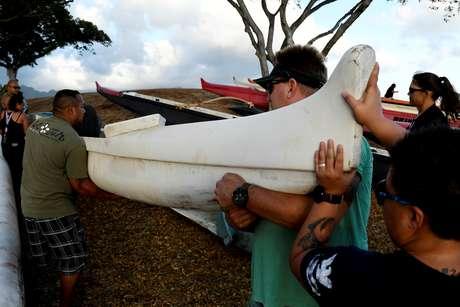 Moradores movem suas canoas em preparação para furacão Lane em Honolulu, Havaí 21/08/2018 REUTERS/Hugh Gentry