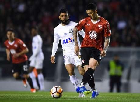 Gabriel e Hernandez disputam a bola
