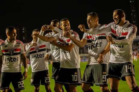 Nenê comemora gol do São Paulo com os companheiros