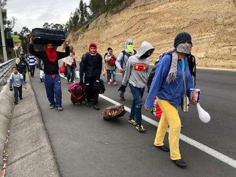 Migrantes venezuelanos caminham por estrada do Equador para o Peru 21/08/2018 REUTERS/Andres Rojas