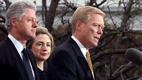 Clinton tinha taxa de aprovação 72% quando o processo de impeachment foi aberto