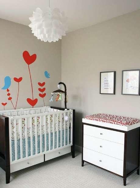 17. Adesivo em formato de coração e passarinhos para decoração de quarto de bebê simples e barato com móveis perto e branco – Foto: Babble