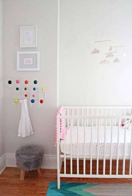 19. Em um quarto de bebê simples e pequeno mantenha tons claros e neutros na maior parte do ambiente e deixa cores mais vibrantes em detalhes decorativos – Foto: Home Decoo