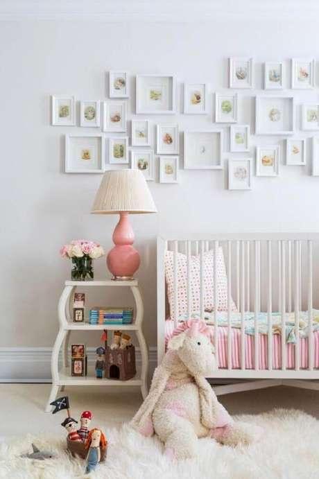 15. Aqui o rosa foi usado em pequenos detalhes e os tons neutros se mantém presente na decoração do quarto de bebê simples e barato com quadrinhos na parede – Foto: HGTV
