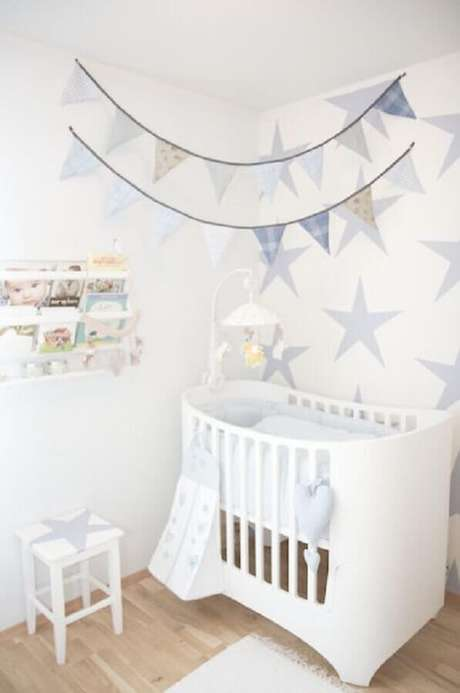 22. Papel de parede de estrelinha e bandeirinhas para decoração de quarto de bebê simples e barato – Foto: Nursery Design