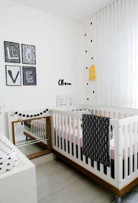 23. Cores claras na decoração junto com detalhes em madeira deixam o quarto de bebê simples e pequeno super aconchegante – Foto: Home Decoo
