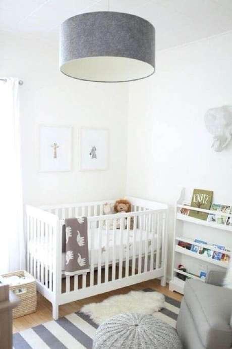 24. O tapete listrado é perfeito para decoração de quarto de bebê simples e pequeno – Foto: Lavictorienne