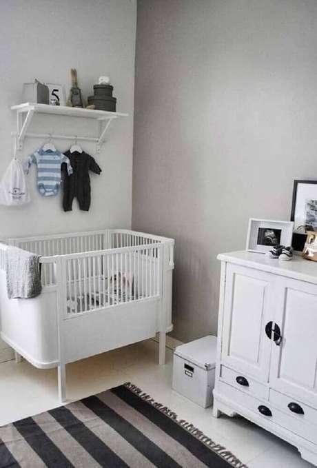 25. Decoração para quarto de bebê simples e barato com móveis brancos e tapete listrado de preto e cinza – Foto: Home Decoo