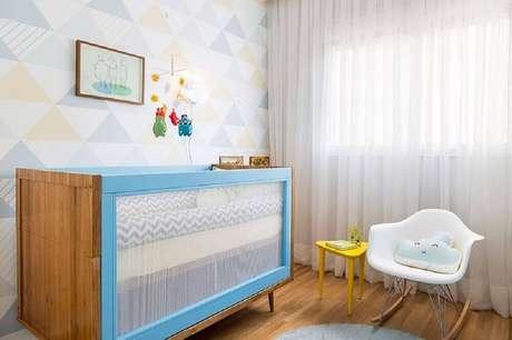 26. O papel de parede com estampa de triângulos em tons pastel é tendência e se harmoniza muito bem a móveis com design moderno para quarto de bebê simples – Foto: Studio Novak