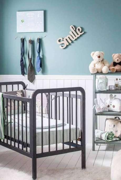 12. Quarto de bebê simples masculino com parede azul e berço cinza – Foto: Home Decoo