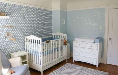 10. Para a decoração de quarto de bebê masculino simples você pode usar a cor azul em vários detalhes – Foto: Decoist