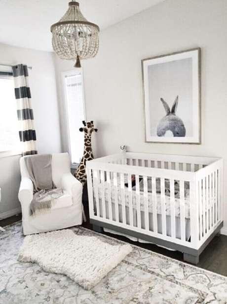 9. Decoração moderna para quarto de bebê simples decorado com girafa de pelúcia – Foto: Pinterest