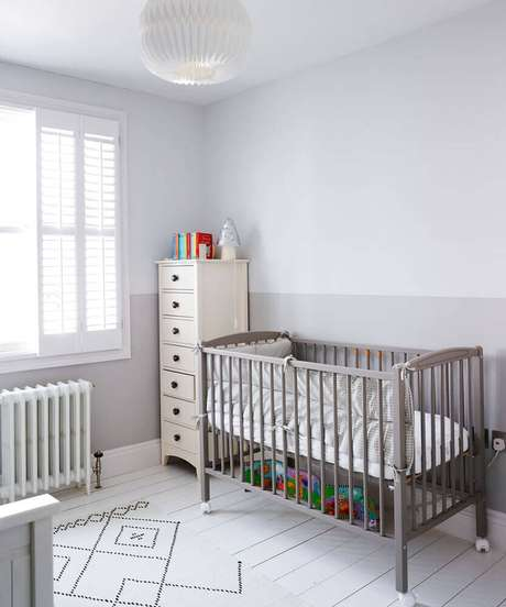 27. Decoração para quarto de bebê simples e barato com berço cinza e tapete branco com desenhos geométricos – Foto: Ideal Home
