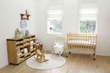 28. Decoração de quarto de bebê simples e barato com móveis de madeira e tapete redondo – Foto: When In Man Old Man