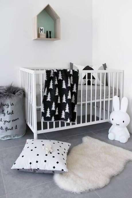29. Decoração escandinava para quarto de bebê simples e barato com nicho em formato de casinha e luminária de bichinho – Foto Fresh Design Pedia