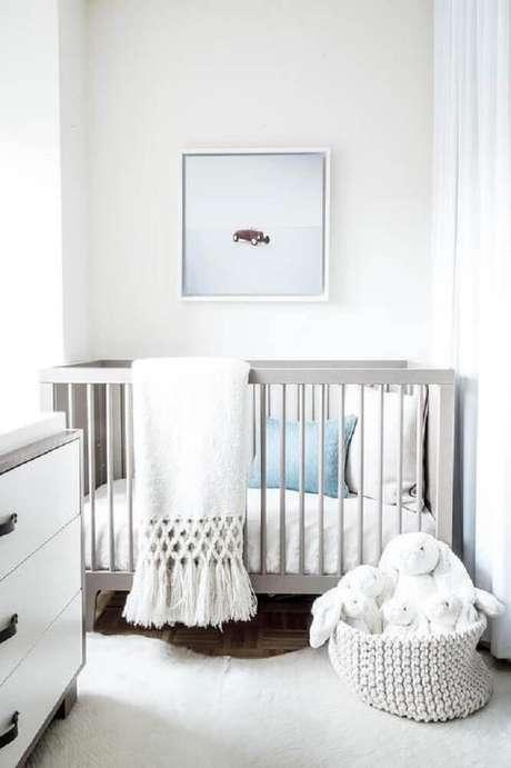1. Decoração clean e neutra para quarto de bebê simples e pequeno – Foto: Pinterest