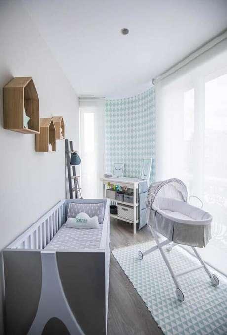 30. Decoração moderna para quarto de bebê simples e pequeno com nichos de madeira com formato de madeira e tapete com estampa geométrica – Foto: Home Decoo