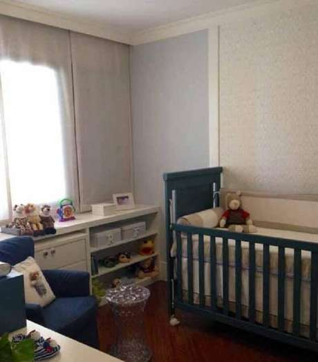 33. Decoração para quarto de bebê masculino simples com berço e poltrona azul – Foto: Revista VD