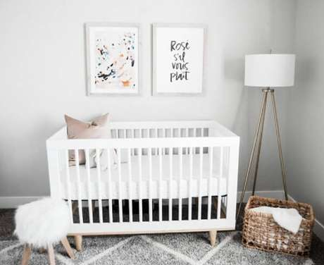 34. Quarto de bebê simples e barato decorado em tons neutros com luminária de chão e berço branco – Foto: Suowen design