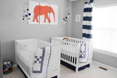 37. Decoração para quarto de bebê masculino de gêmeos com cortina listrada e berços branco – Foto: Project Nursery