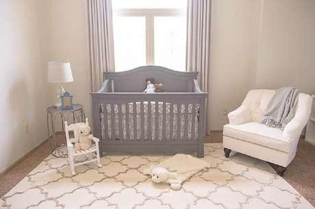 38. Decoração de quarto de bebê masculino simples com tapete branco e berço cinza – Foto: Sengerson