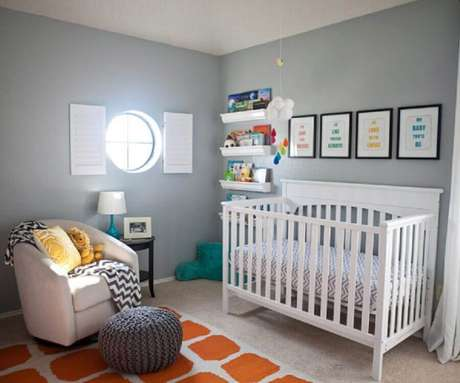 8. Decoração de quarto de bebê masculino simples em tons de cinza e laranja – Foto: Acrossee