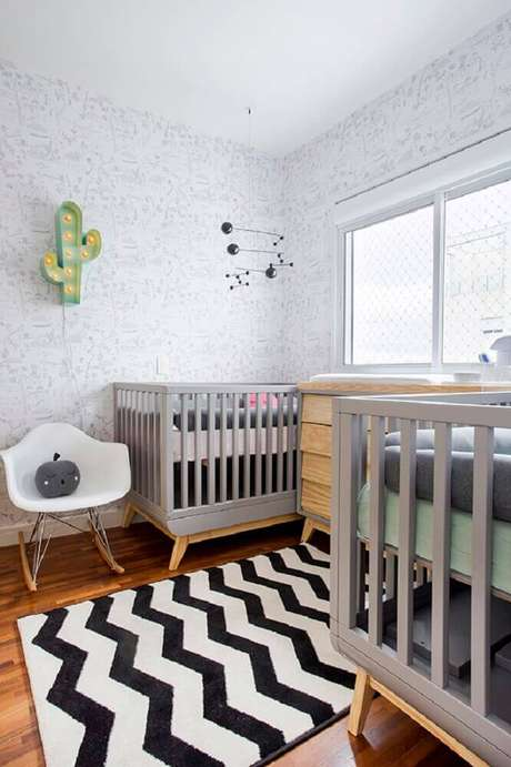41. Decoração para quarto de bebê simples com luminária de cacto e tapete listrado branco e preto – Foto: Pinterest