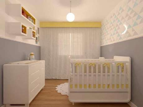 42. Quarto de bebê simples e barato decorado com móveis brancos e papel de parede com estampa geométrica em tons pastéis – Foto: Lu Boschi Design de Interiores