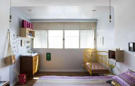43. Decoração para quarto de bebê simples e barato com berço amarelo e cômoda de madeira – Foto: Viva Decora