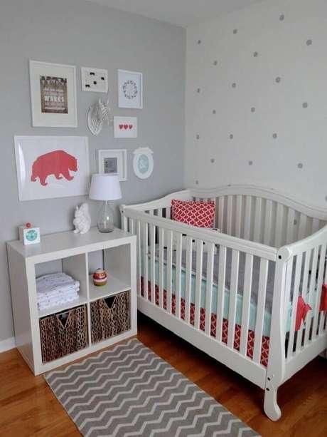 45. Para levar mais modernidade ao quarto de bebê feminino simples e barato procure investir em tons de cinza e objetos com estampa geométrica – Foto: Home Decoo