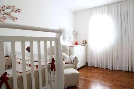 3. Decoração para quarto de bebê simples todo branco com piso de madeira – Foto: Anna Paula Moraes