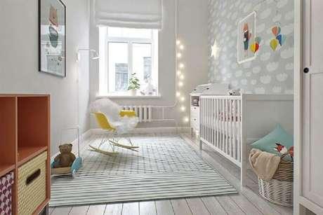 46. Linda decoração com estilo moderno para quarto de bebê simples com papel de parede e luzinhas na decoração – Foto: Pinterest