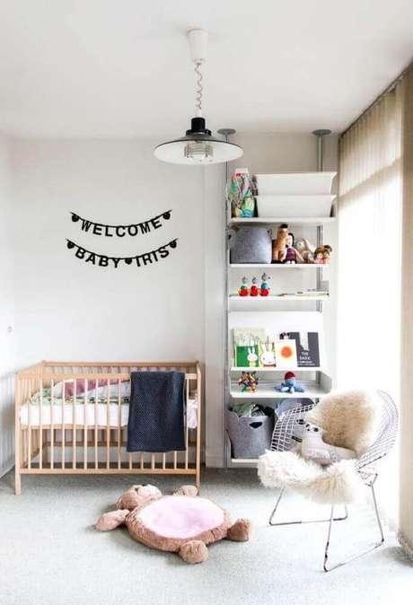 48. Decoração minimalista para quarto de bebê simples e pequeno decorado com poltrona moderna e berço de madeira – Foto: Home Decoo