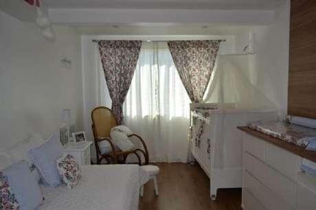 50. As cortinas são itens super necessários para incrementar a decoração e levar conforto ao quarto de bebê simples e barato – Foto: Machado Enobili