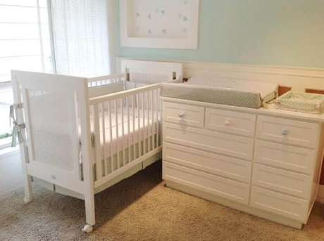 52. Móveis brancos são perfeitos para decorar o quarto de bebê simples e pequeno – Foto: Lucia Tacla