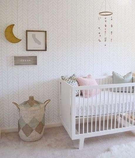 54. Decoração super delicada para quarto de bebê feminino simples e barato com móbile, papel de parede e berço branco – Foto: Project Nursery