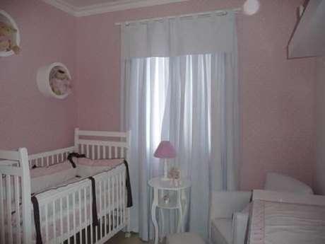 13. Nichos são itens baratos e perfeitos para incrementar a decoração de quarto de bebê simples e barato – Foto: Carla Teles Vaz
